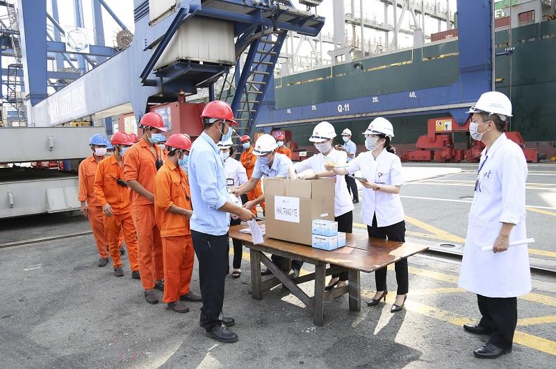 Nhân viên tại cảng là những đối tượng làm việc trong môi trường có nguy cơ lây nhiễm cao, cần được ưu tiên tiêm phòng.